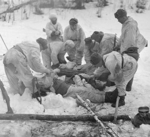Эвакуация раненного. Пертярви, 17 апреля 1942 г.