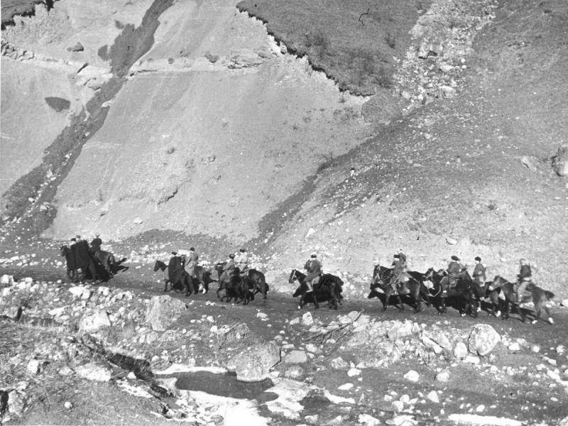 Бойцы партизанского отряда Орджоникидзевского района Северо-Осетинской АССР в разведывательном походе на Кавказе. Декабрь 1942 г.