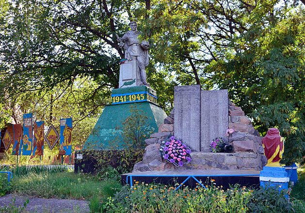с. Рашевка Гадячского р-на. Памятник павшим землякам.