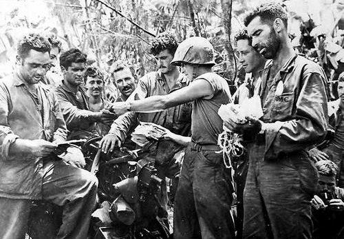Морские пехотинцы получают почту из дома на острове Тиниан. Июль 1944 г.