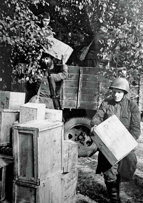 Доставка почты и посылок на фронт.
