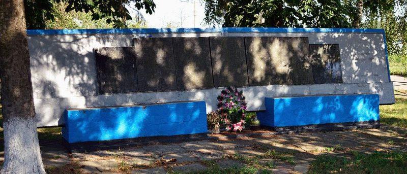 с. Рымаровка Гадячского р-на. Братская могила советских воинов, среди них Герой Советского Союза Д.О.Предков. Здесь же находятся мемориальные плиты с именами погибших односельчан, установленные в 1959 году.