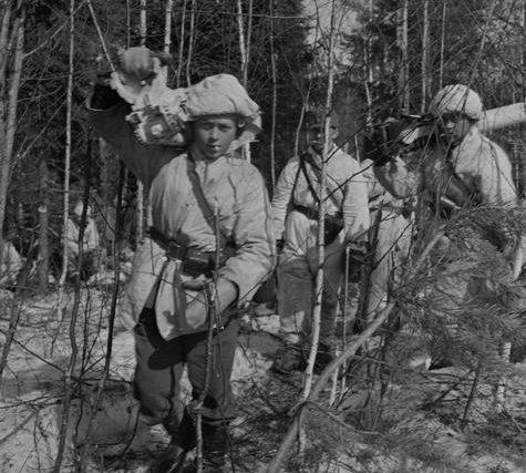 Пулеметный расчет в движении. Пертярви, 17 апреля 1942 г.