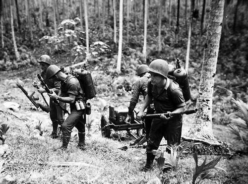 Огнеметчики на острове Рассел. Июль 1944 г.