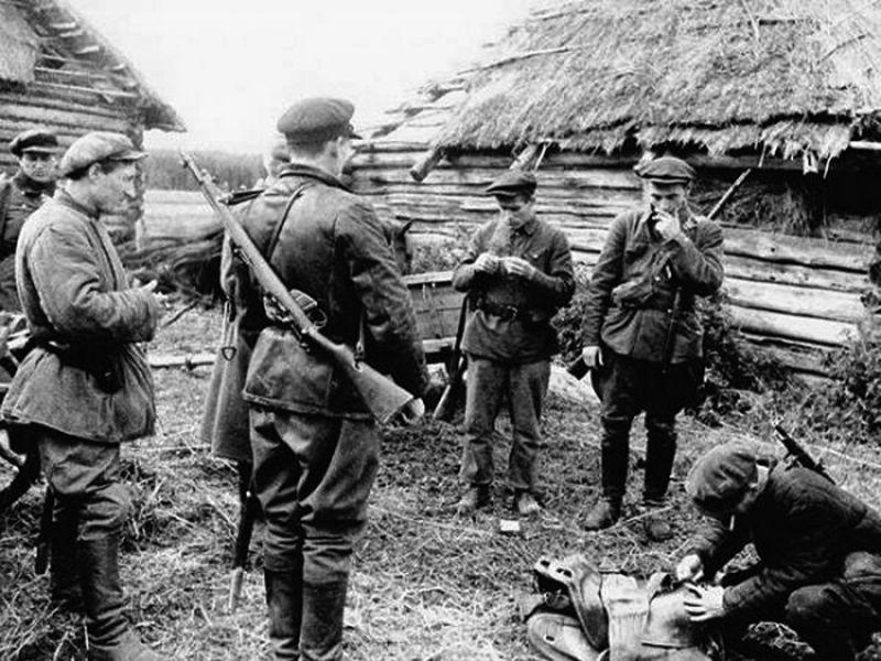 Партизаны собираются в рейд. 1942 г.