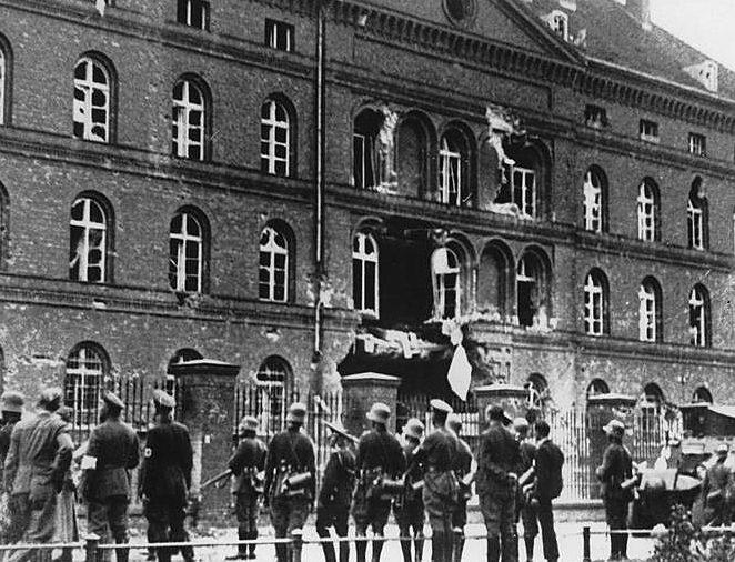 Разрушенное взрывом здание польского почтамта в Данциге. Сентябрь 1939 г.