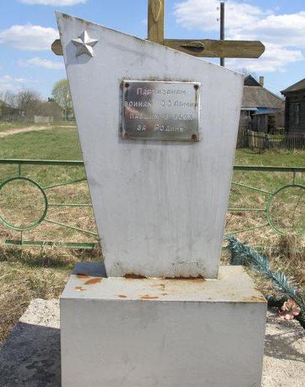 д. Красное Угранского р-на. Памятник партизанам, воинам 33-й армии, павшим в боях за Родину.