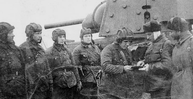 Один из лучших танкистов Советского Союза Колобанов З.Г с экипажем и его танк КВ-1. 1941 г.