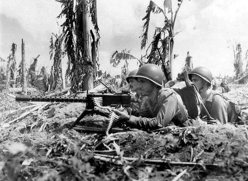 Расчет пулемета 30-го калибра на острове Сайпан. Июль 1944 г.