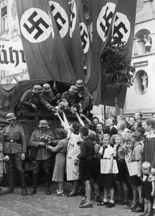 Дети и Гитлерюгенд встречают немецких солдат. Сентябрь 1939 г.
