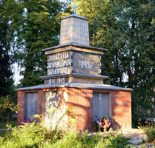 с. Сары Гадячского р-на. Памятник павшим землякам.