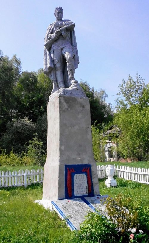 с. Сосновка Гадячского р-на. Памятник, установленный в 1965 году на братской могиле советских воинов. Здесь же находятся мемориальные плиты с именами погибших односельчан.