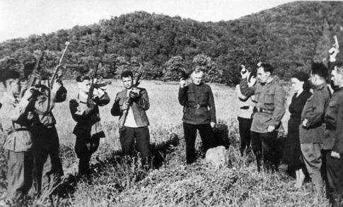 Партизаны у могилы товарищей, погибших в бою в районе Верхние Кокасаны. Крым, 1942 г.