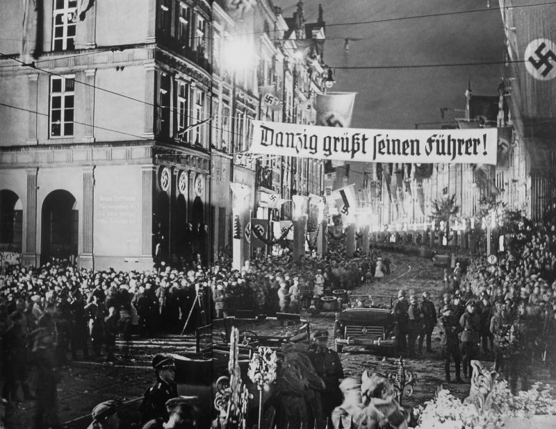 Жители Данцига ждут приезда Адольфа Гитлера. Надпись на транспаранте: «Данциг приветствует своего фюрера!». 19 сентября 1939 г.