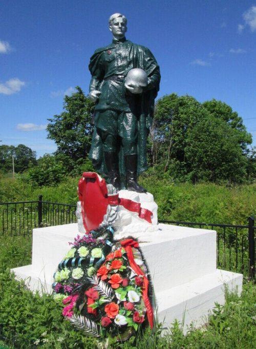 д. Чижовка-2 Рославльского р-на. Памятник, установленный на братской могиле, в которой похоронено 369 советских воинов при освобождении района.