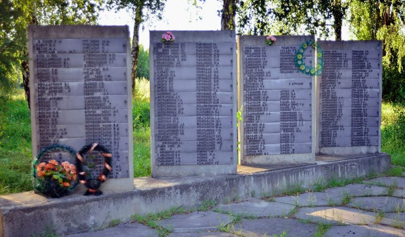 с. Харьковцы Гадячского р-на. Памятник, установленный в 1967 году в честь погибших односельчан.