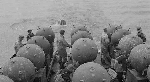 Постановка минного заграждения на море. 18 мая 1942 г.