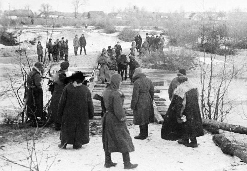 Переправа партизан через речку в Житомирской области. 1942 г.