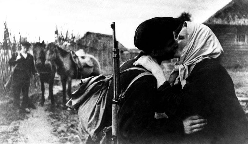 Мать провожает в партизаны своего сына. Псковская область, 1942 г.