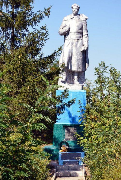 с. Хитцы Гадячского р-на. Памятник, установленный в 1978 году на братской могиле советских воинов.