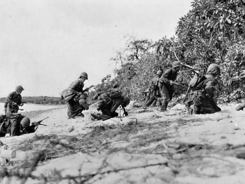 Морские пехотинцы под огнем японских снайперов на берегу Сайпана. Июль 1944 г.