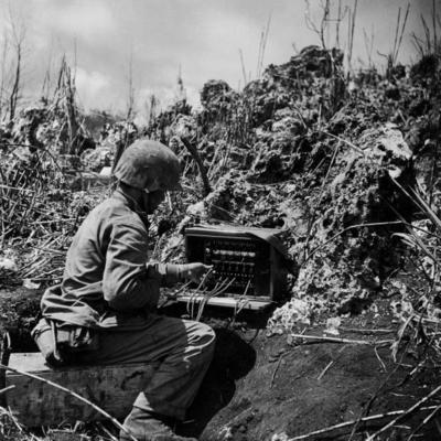 Полевой телефонный коммутатор на временном командном пункте. Июль 1944 г.