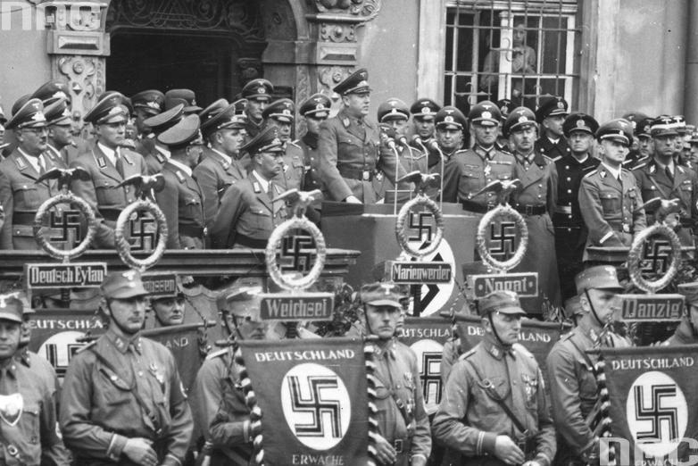 Демонстрация на улице Ланген Маркт в Данциге по случаю первой годовщины присоединения к Третьему Рейху. 1940 г.