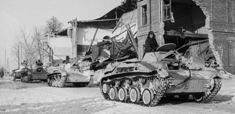 Колонна легких танков Т-60 в освобождённом Юхнове. Март 1942 г.