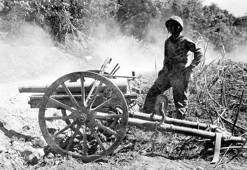 Морской пехотинец у захваченного японского 75-мм горного орудия Тип 41 на острове Сайпан. Июль 1944 г.