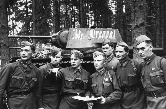 Командир батальона капитан В. Л. Труханов ставит боевые задачи экипажам. Западный фронт, апрель 1942 г.