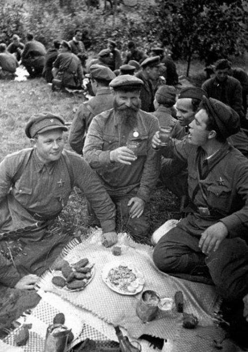 Партизаны Ленинградской области отмечают годовщину создания своей партизанской бригады. 1942 г.
