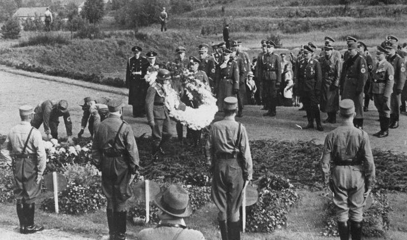 Торжества по случаю первой годовщины присоединения Данцига к рейху. Возложение венков на кладбище героев. 1940 г.