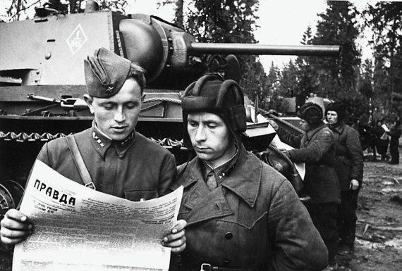 Командир танка старший лейтенант В. Г. Бондуревский и старшина М. Е. Голенко за чтением газеты. Западный фронт, апрель 1942 г.