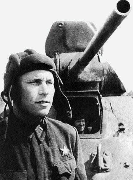 Гвардии капитан Н. Моисеев у своего танка Т-34. Юго-Западный фронт, июль 1942 г.
