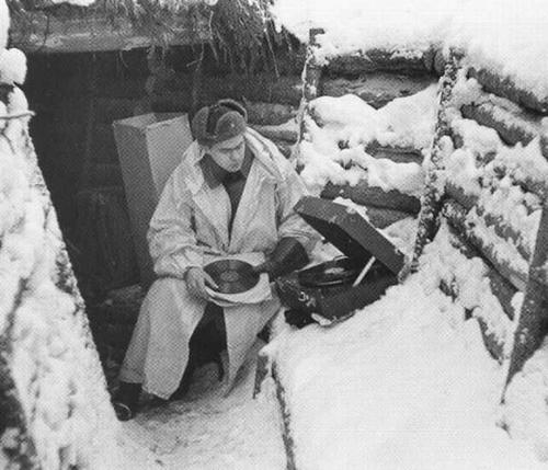 Финский солдат слушает русские пластинки на захваченном патефоне. Кухмо, 1940 г.