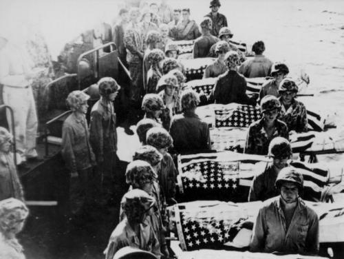 Погибших на Сайпане морских пехотинцев хоронят в море. Июль 1944 г.