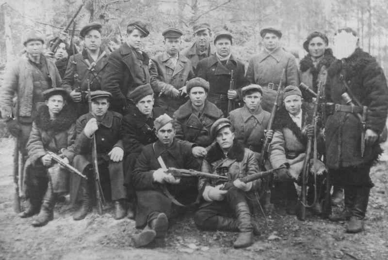 Группа разведчиков Старобинского партизанского отряда. 1942 г.