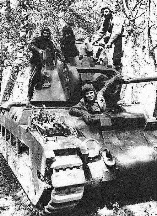 Экипаж британского среднего танка Mk II Matilda II, поставленного в СССР по ленд-лизу. Брянский фронт, лето 1942 г.