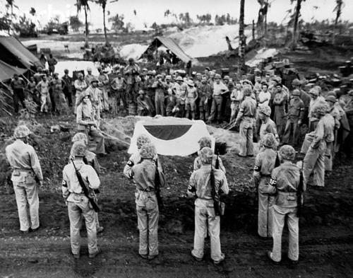 Похороны японского генерал-лейтенанта Йошиге Сайто на Сайпане. Июль 1944 г.