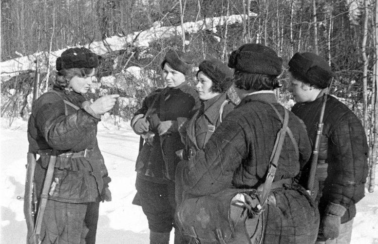 Партизанка отряда «Смерть фашизму» Серпуховского района Татьяна Шибаева с боевыми подругами. 1942 г.