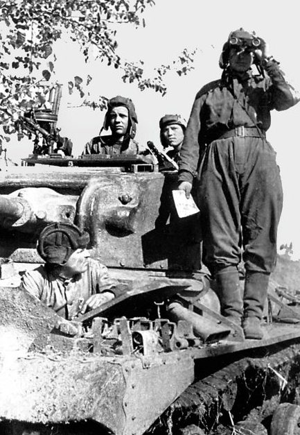 Экипаж танка «Валентайн» из состава 188-й танковой бригады наблюдает за обстановкой. Лето 1942 г.