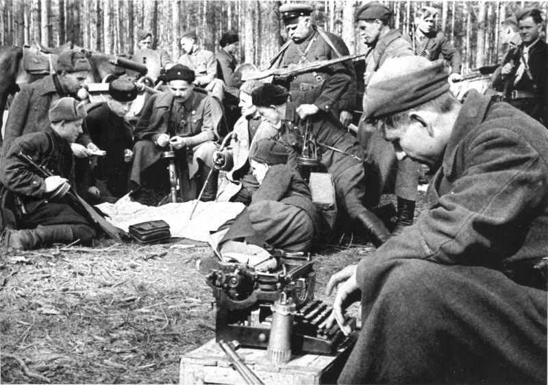 Штаб Сумского партизанского соединения во главе с С.А. Ковпаком. 1942 г.