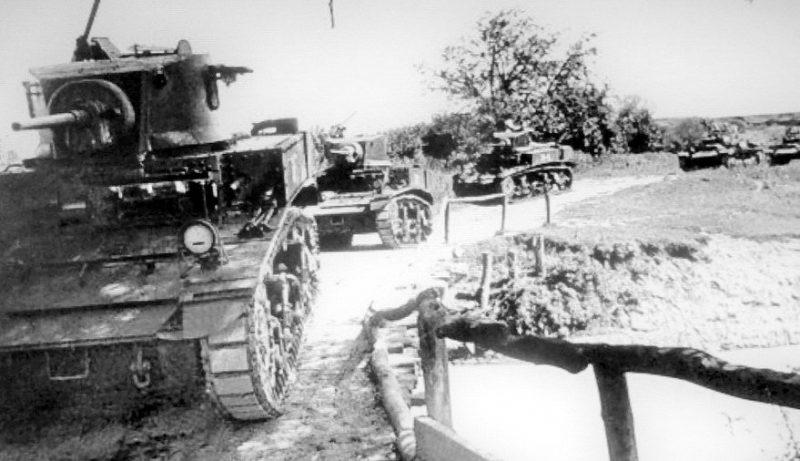 Колонна танков М3л и «Валентайн» 5-й гвардейской танковой бригады. Северо-Кавказский фронт, 1942 г.