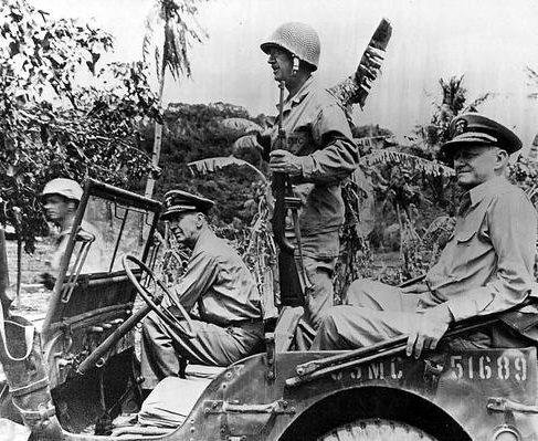 Генерал-лейтенант Холланд Смит, адмиралы Эрнест Кинг и Честер Нимиц на острове Сайпан. Июль 1944 г.