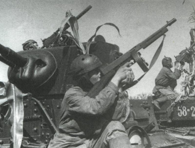 Советские танкисты на американских легких танках «Стюарт» отбивают воздушную атаку. 1942 г.