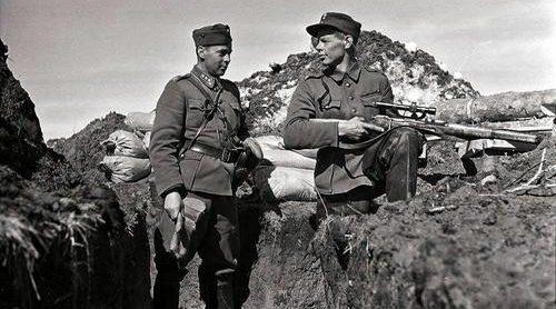 Офицер на снайперской позиции. 1940 г.