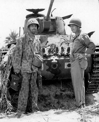 Командир 2-й дивизии морской пехоты генерал-майор США Томас Э. Уотсон перед японским танком Тип 97 «Чи-Ха» на Сайпане. Июль 1944 г.