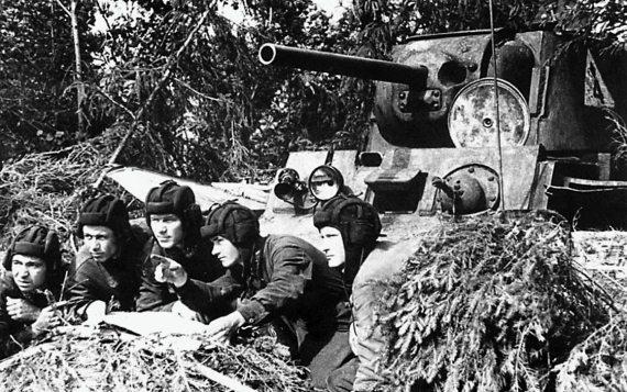 Командир танка KB-1 младший лейтенант А. А. Томашевич ставит боевую задачу экипажу. Брянский фронт, лето 1942 г.
