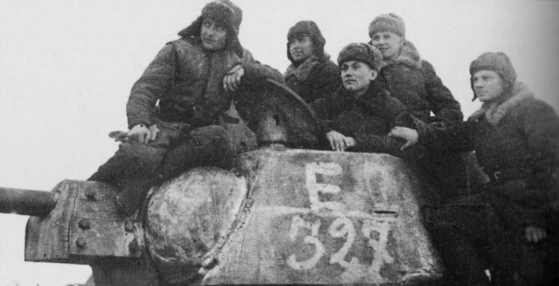 Танкисты 24-го танкового корпуса на броне танка Т-34. Сталинград, декабрь 1942 г.