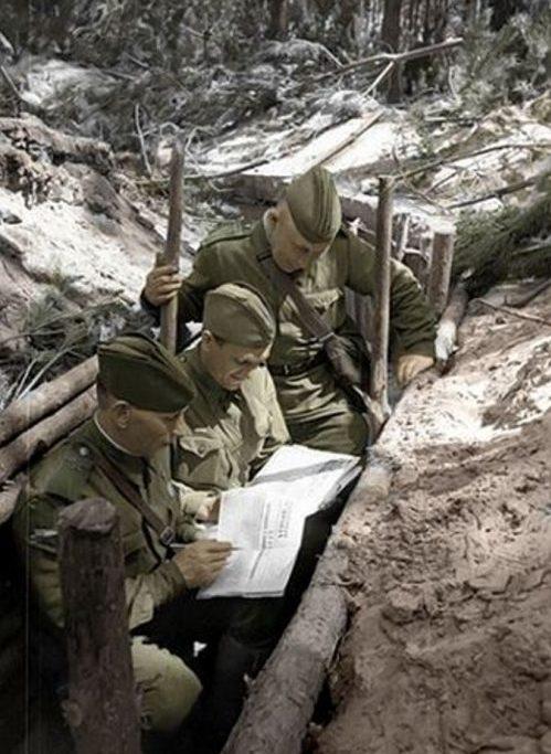 Политрук раздает бойцам свежие номера газеты «Правда». 1941 г.